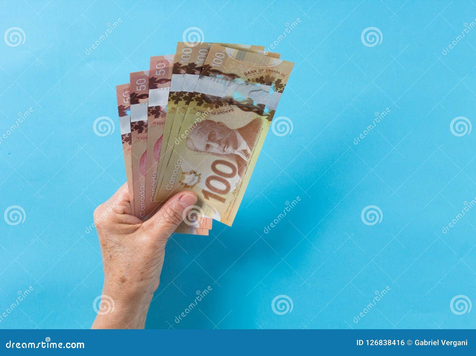 Notes de papier de Canada Dollar Vue supérieure de la main ha du ` s de dame âgée