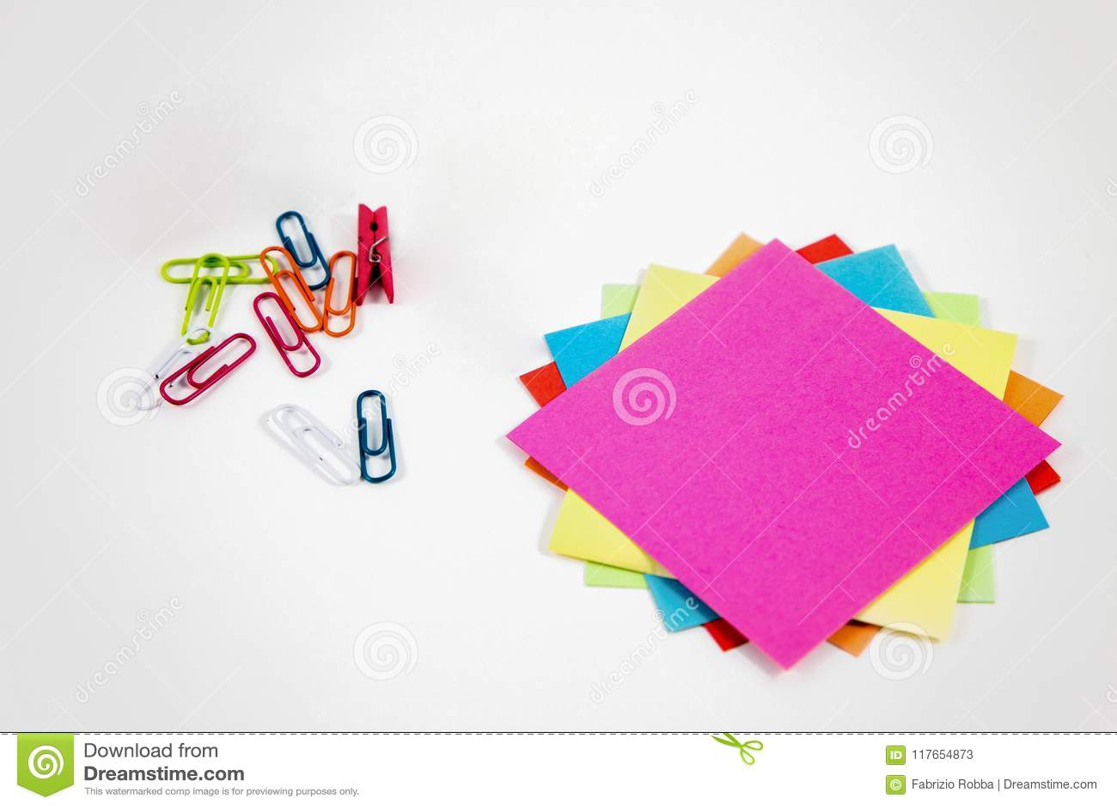 Notes de post-it avec de petites chevilles colorées
