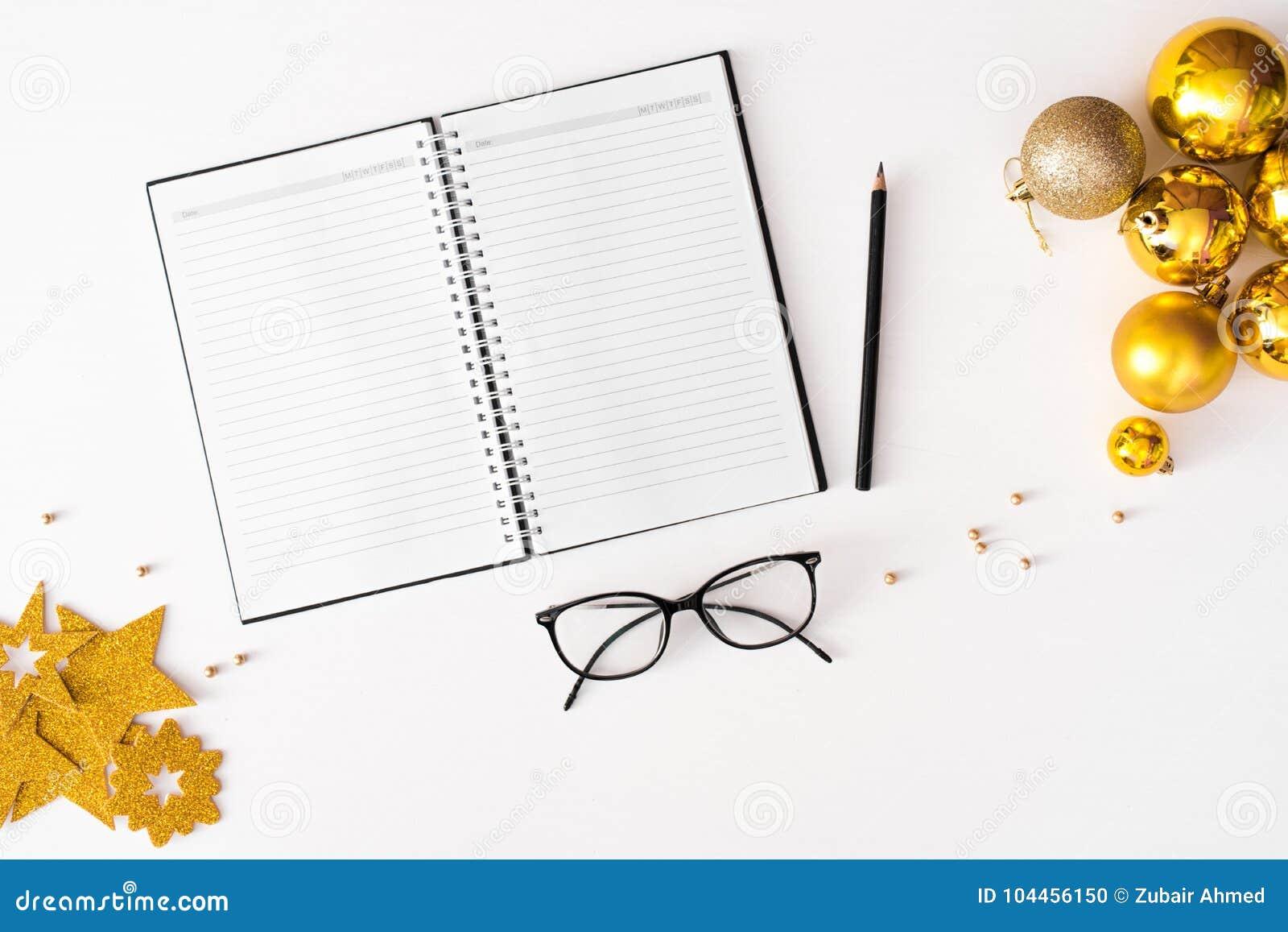 Notes pour faire le fond de composition en Noël de liste wallpaper, des boules de décoration, sur le fond blanc Configuration pla