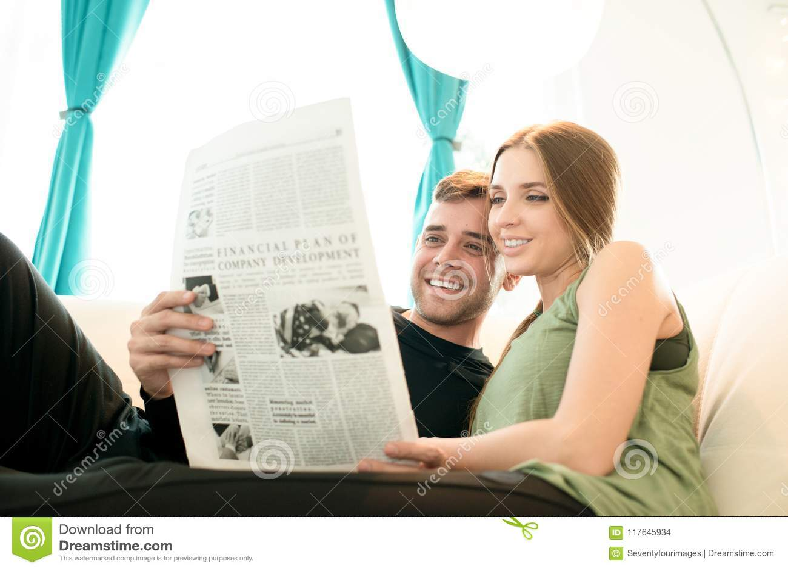 Noticias jovenes positivas de la lectura de los pares junto