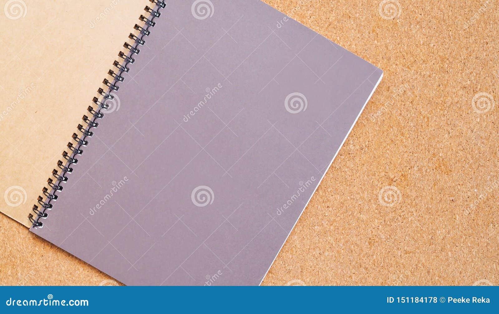Notitieboekje op een bruine raad met exemplaarruimte voor tekst
