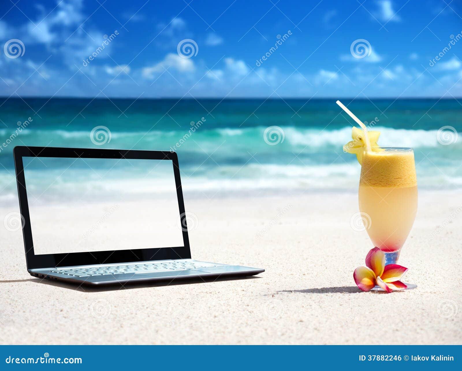 Notitieboekje op het strand en het glas