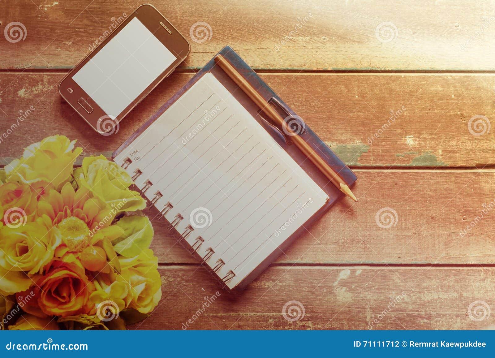 Notizbuch auf einem hölzernen