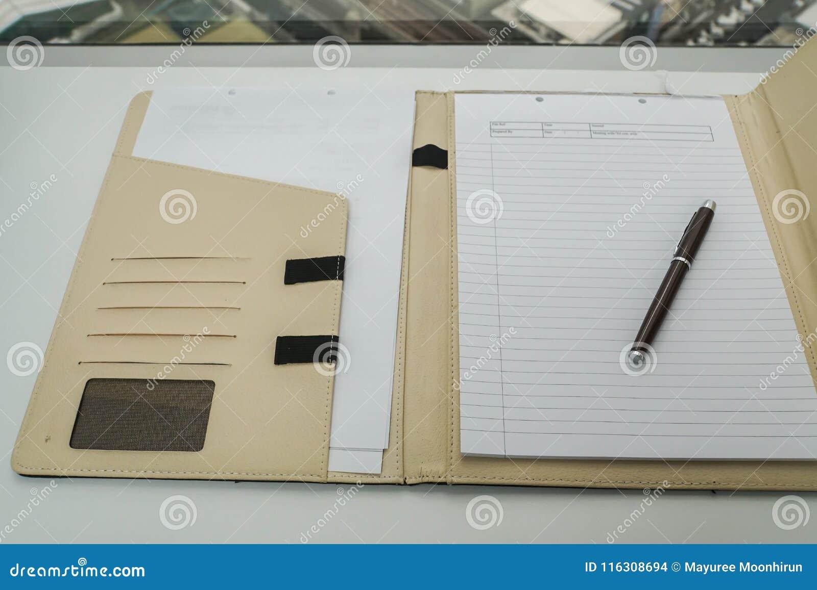 Notizbuch im ledernen Argument für Notiz und Sitzungsbericht