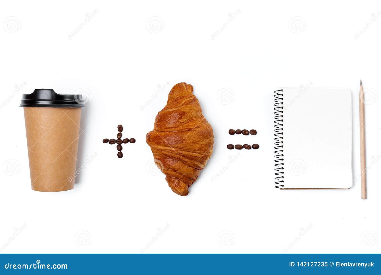 Notizbuch, Papierkaffeetasse und Hörnchen lokalisiert auf weißem Hintergrund