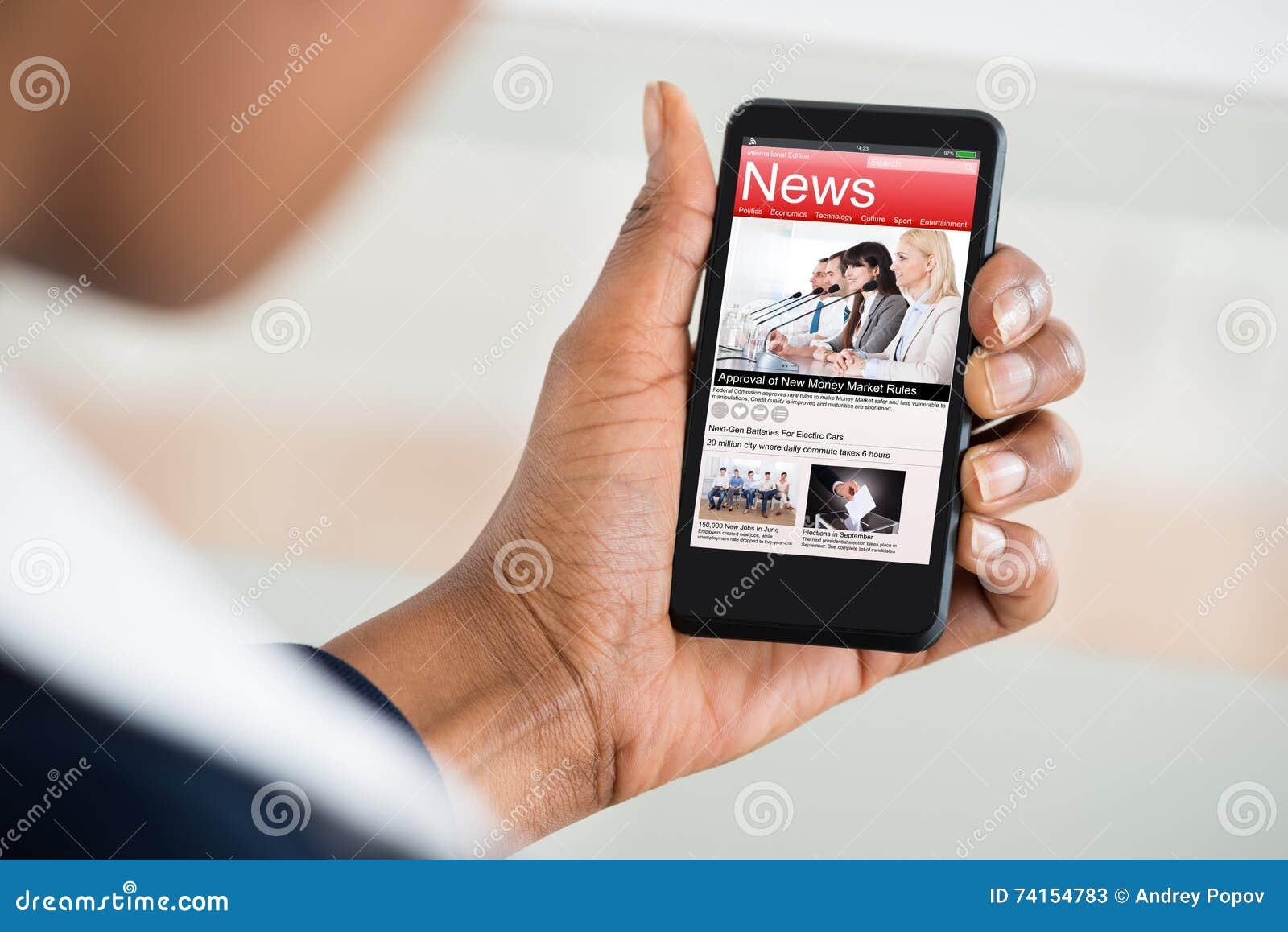 Notizie della lettura della donna sul telefono cellulare