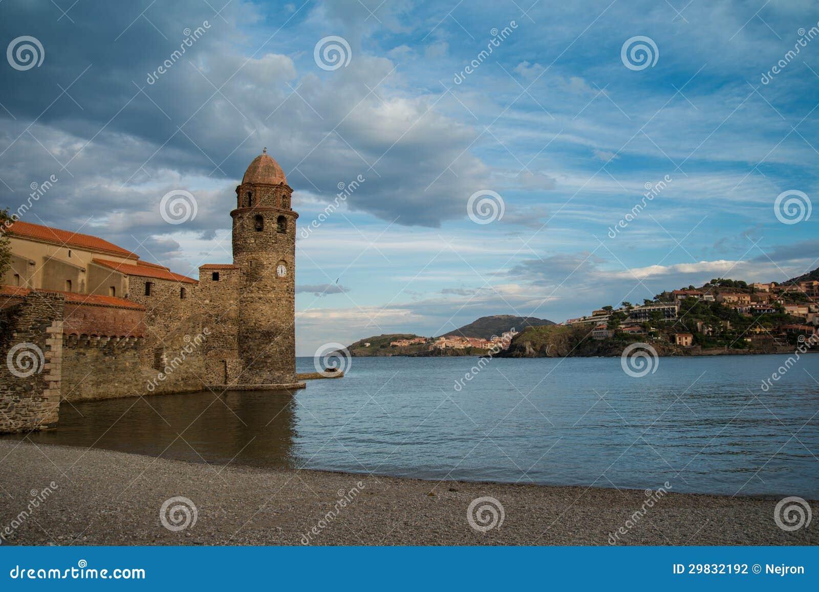 Igreja velha perto da água