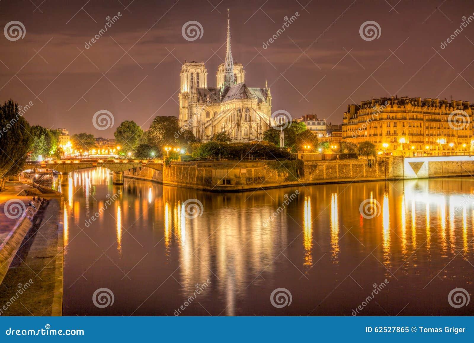 Notre Dame在晚上