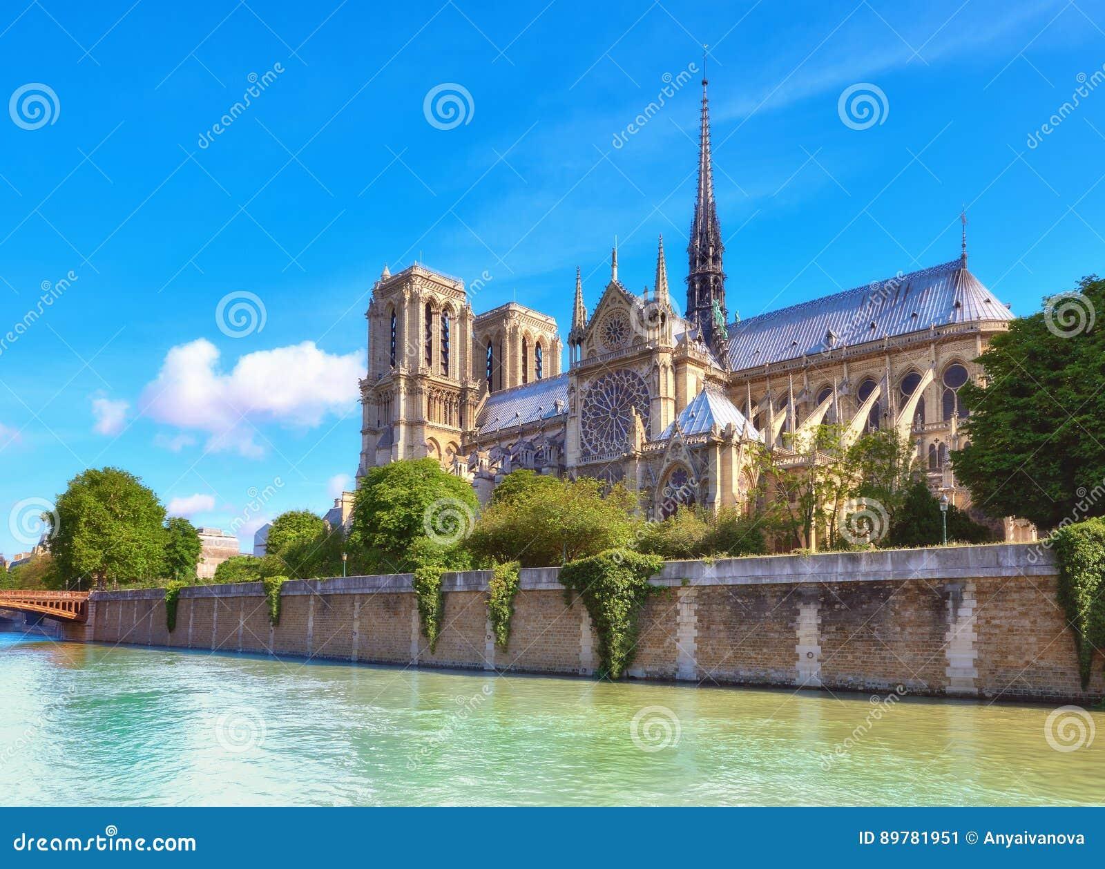 Notre Dame Cathedral i Paris i vår