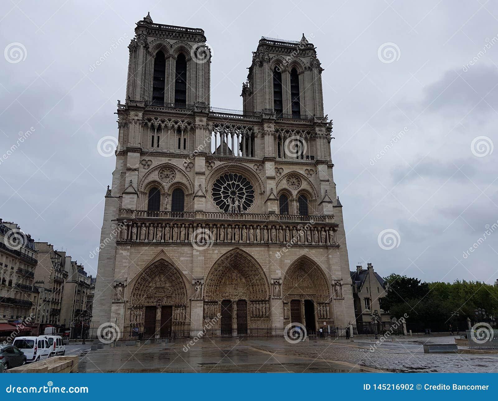 Notre Dame Cathedral un jour nuageux