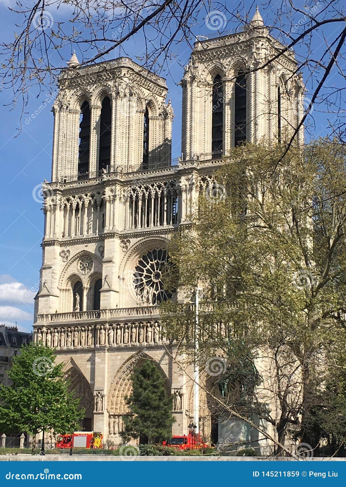 Notre Dame De Paris po pożarniczego wypadku
