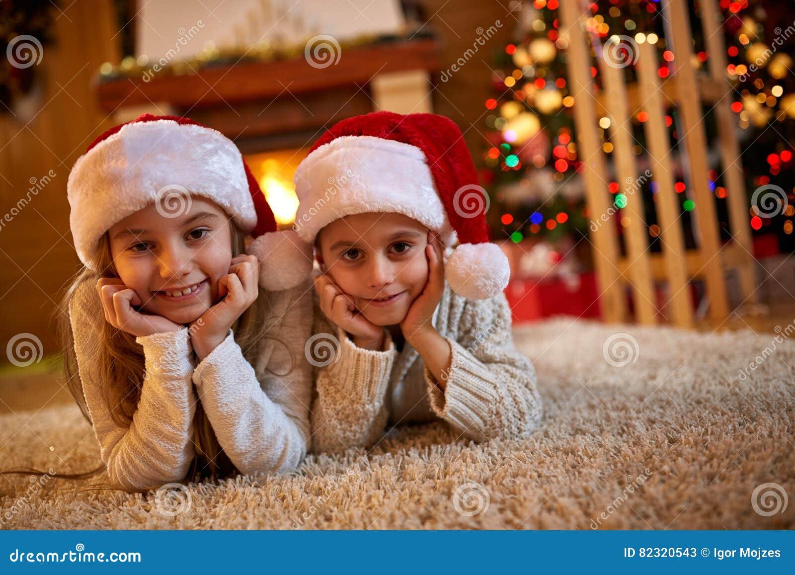 Notte di Natale - bambini che aspettano Santa Claus