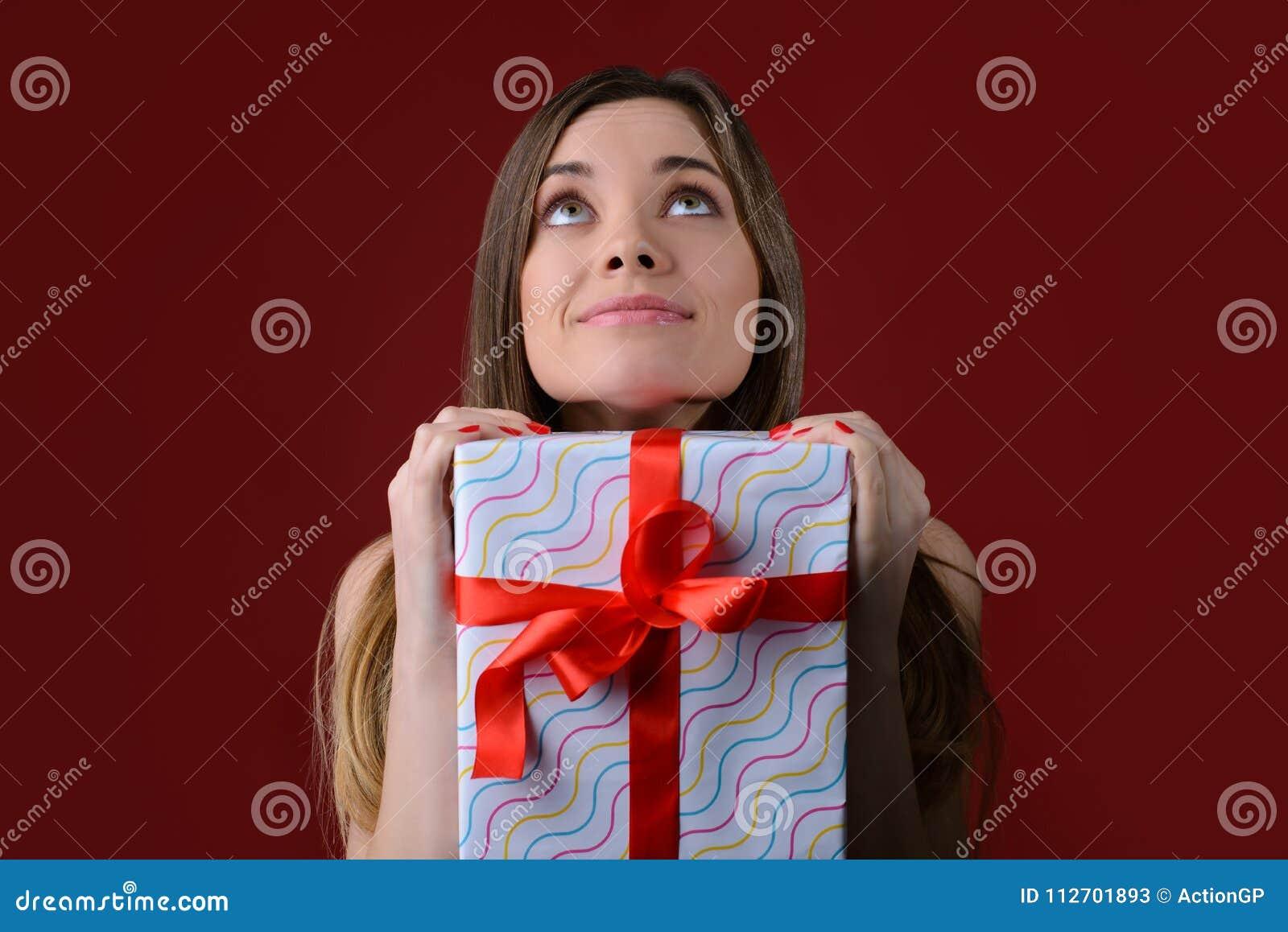 Notte di Natale La ragazza sta aspettando la venuta del ` s di Santa U vicina
