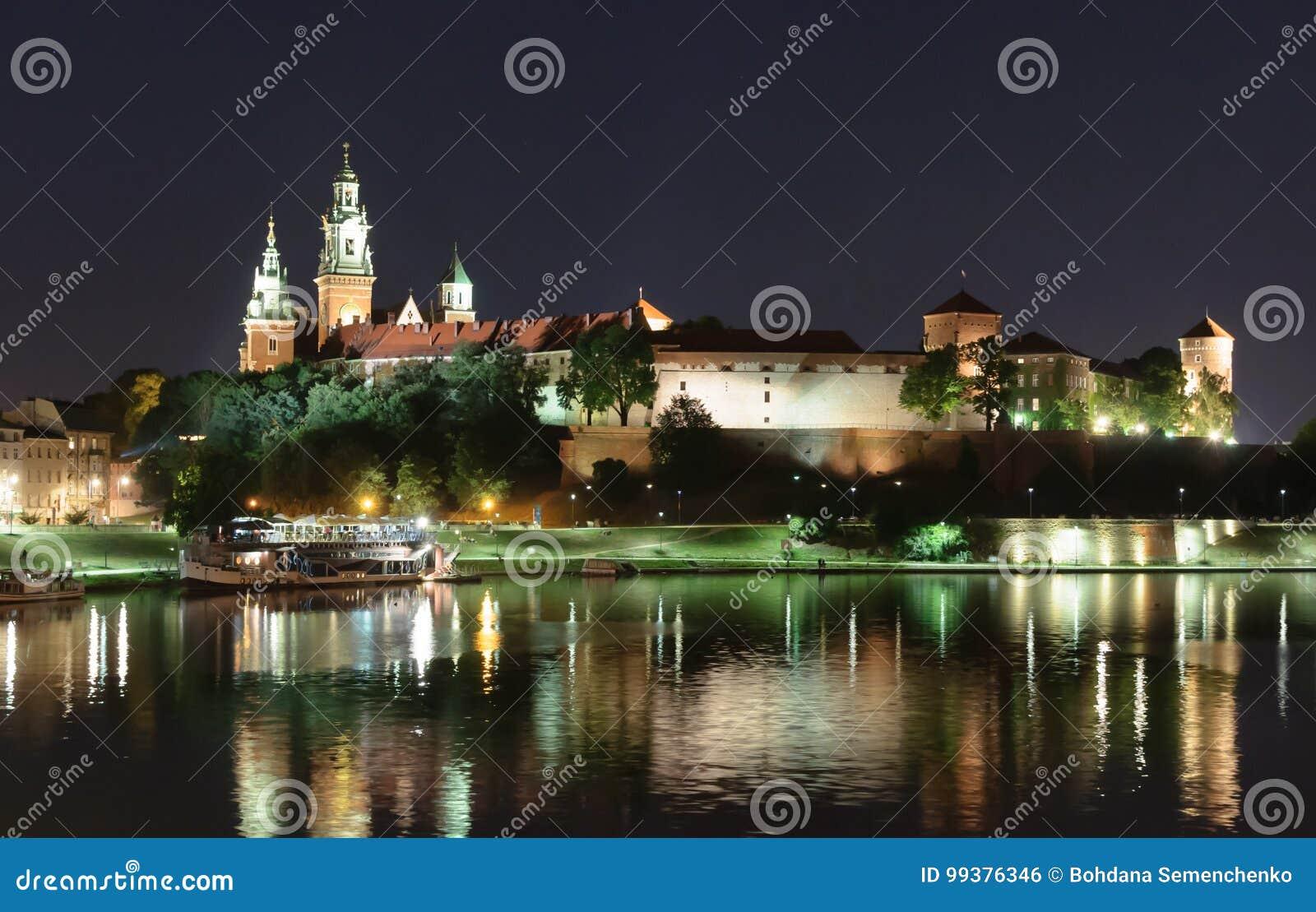 Notte Wawel - castello reale sopra la Vistola a Cracovia