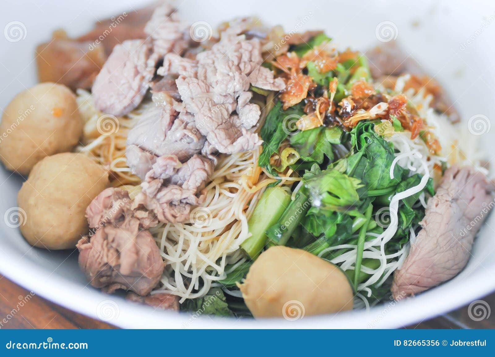 nouille chinoise simple nouille chinoise avec la boulette de viande et boeuf photo stock. Black Bedroom Furniture Sets. Home Design Ideas