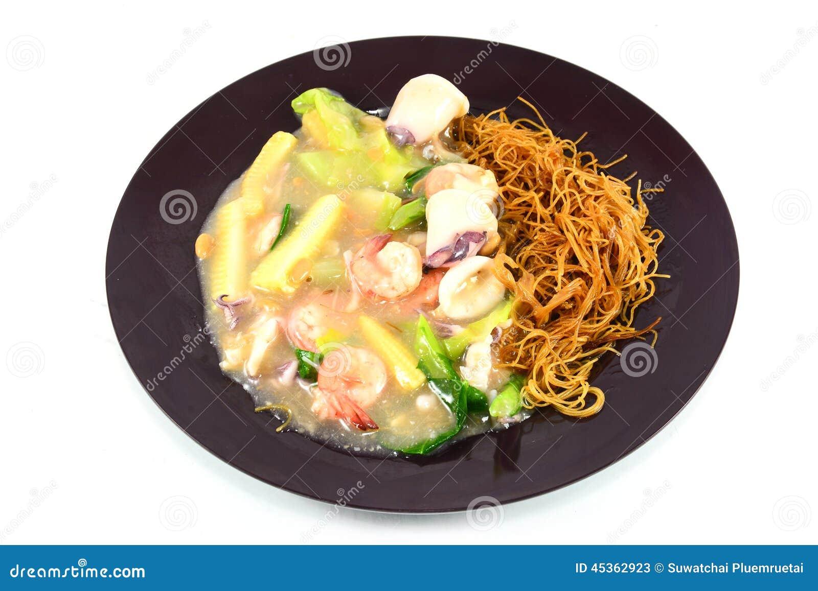 Nouille frite avec la crevette, le calmar et le légume
