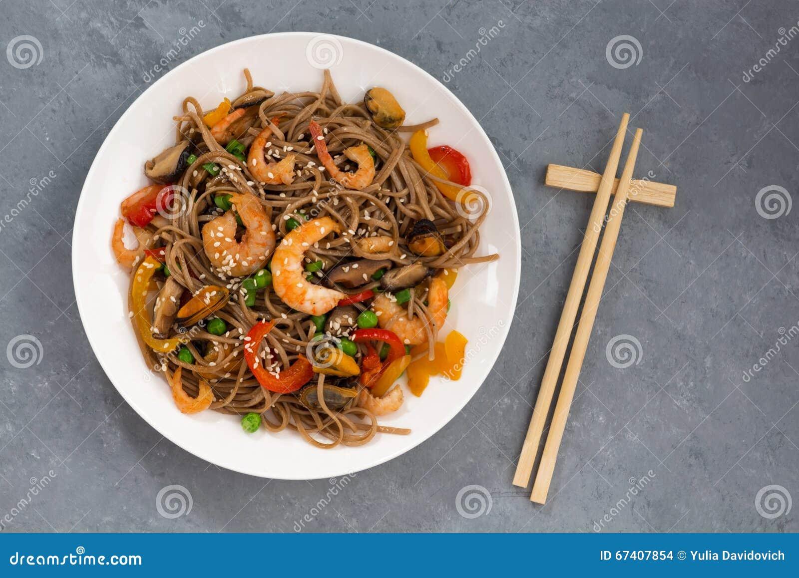 Nouilles épicées de sarrasin avec des fruits de mer et des légumes, vue supérieure