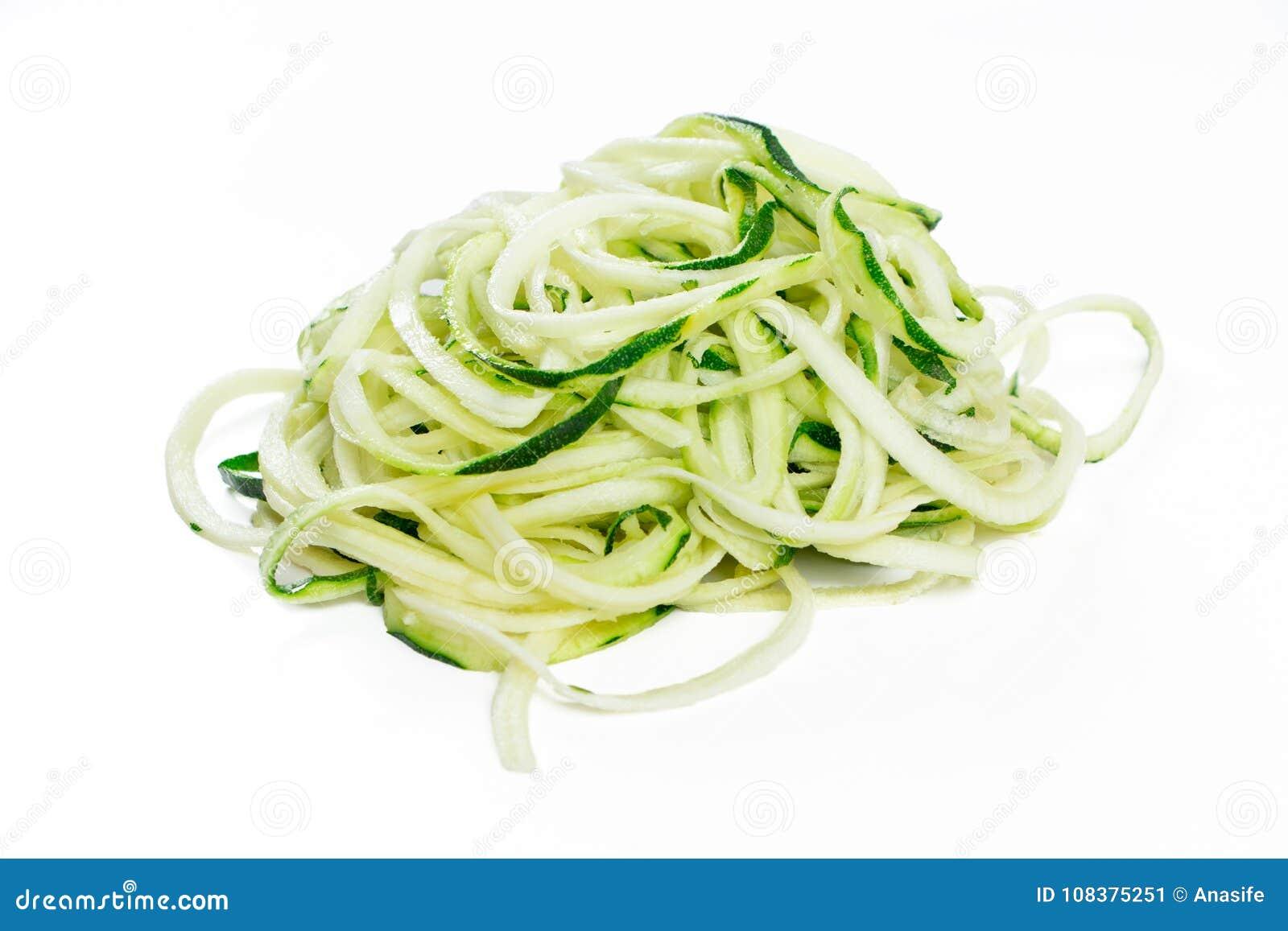 Nouilles crues d ucchini dans une pile d isolement