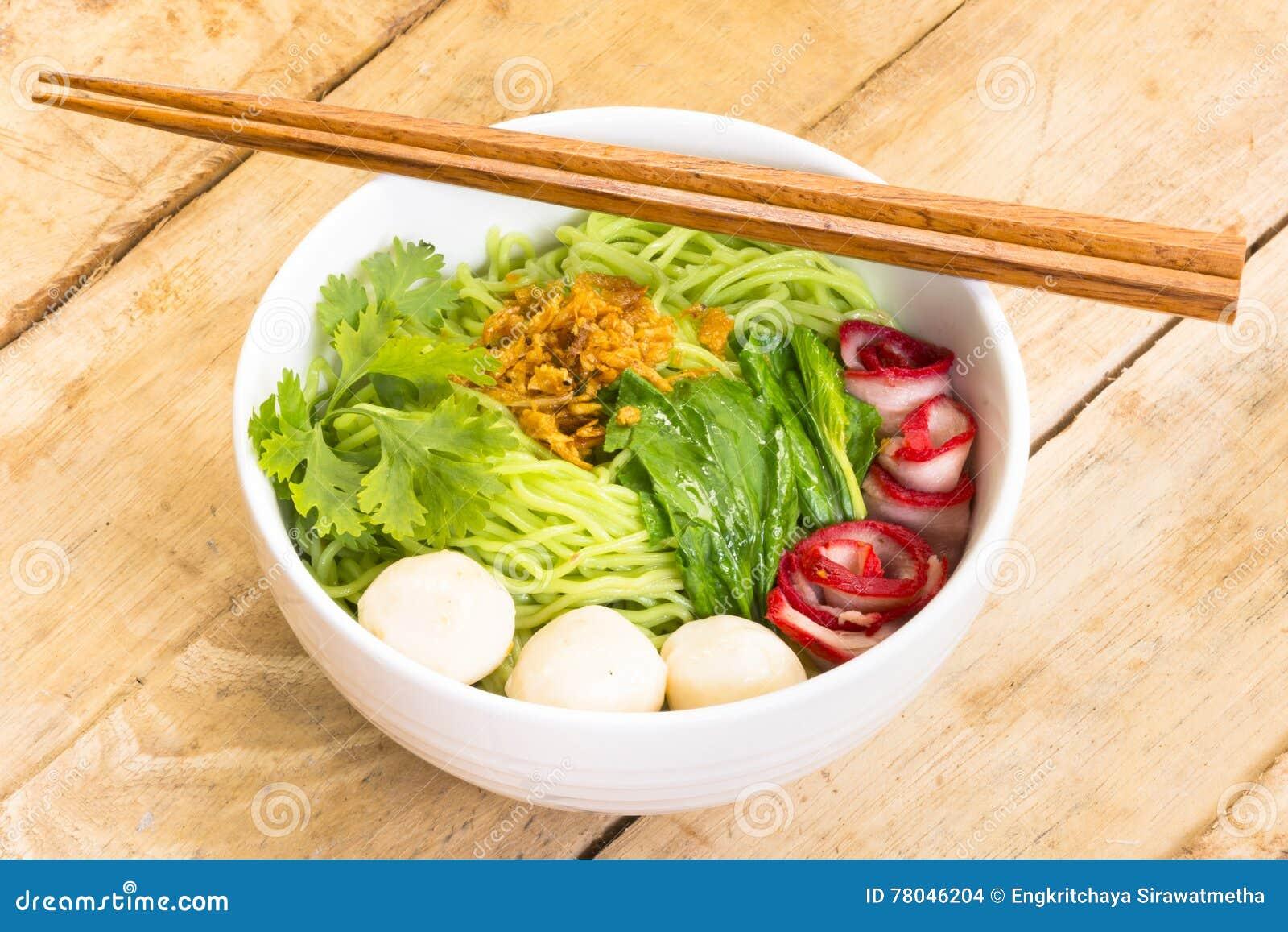 Nouilles en Ba-Mee-MOO-Dang de la Thaïlande ou pâtes de l Asie sur la table en bois Vue haute et supérieure de fin