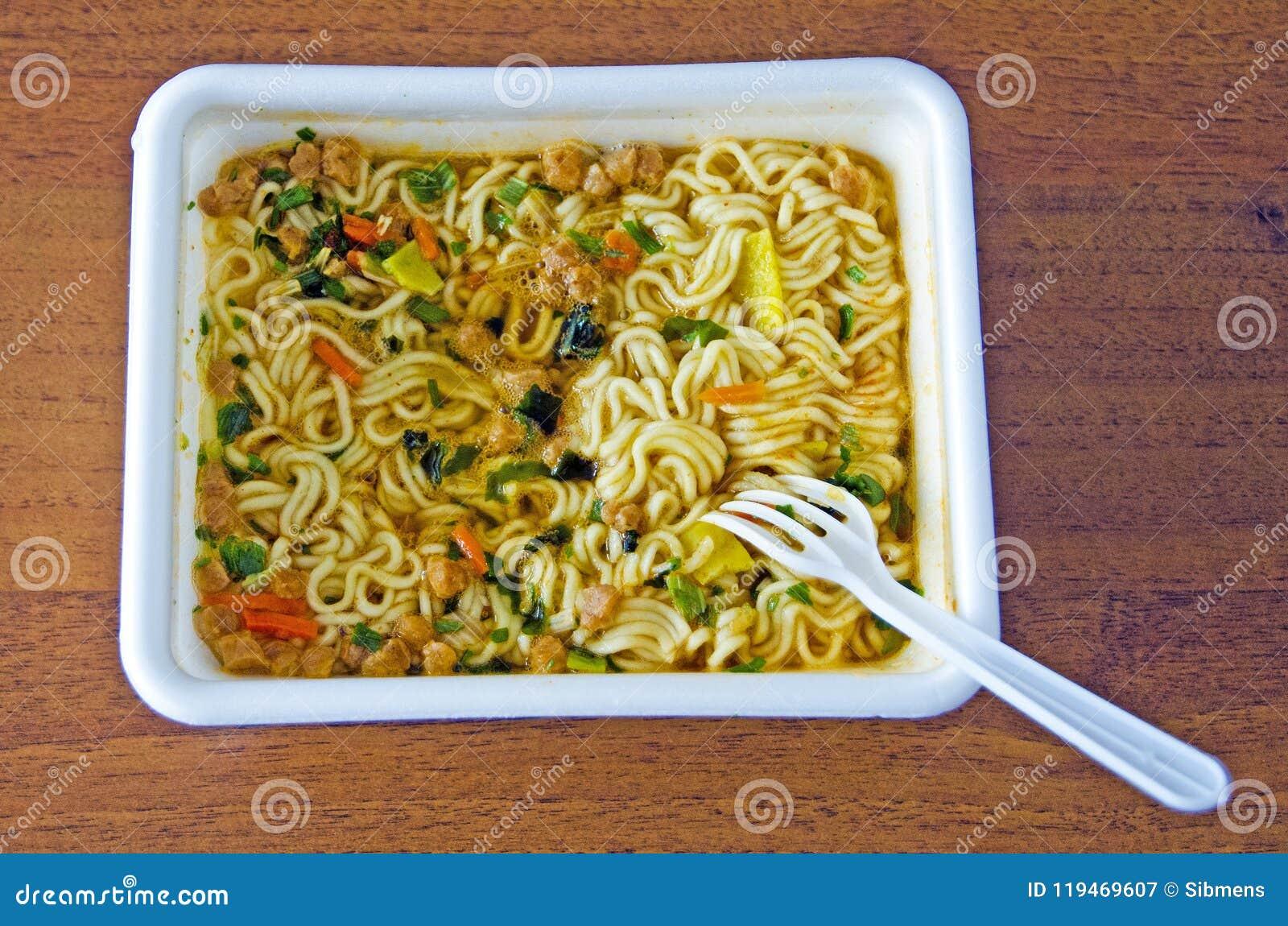 Nouilles instantanées appétissantes dans une thermo-tasse Aliments de préparation rapide
