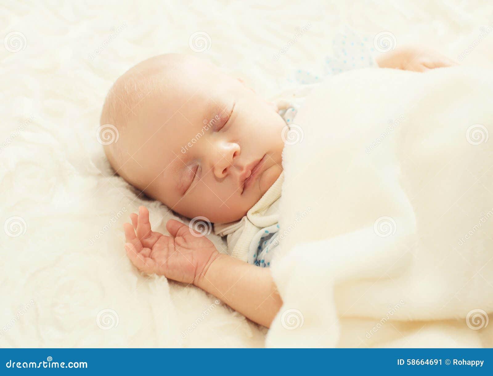 Nourrisson doux de sommeil sur le lit photo stock image for Lit nourrisson