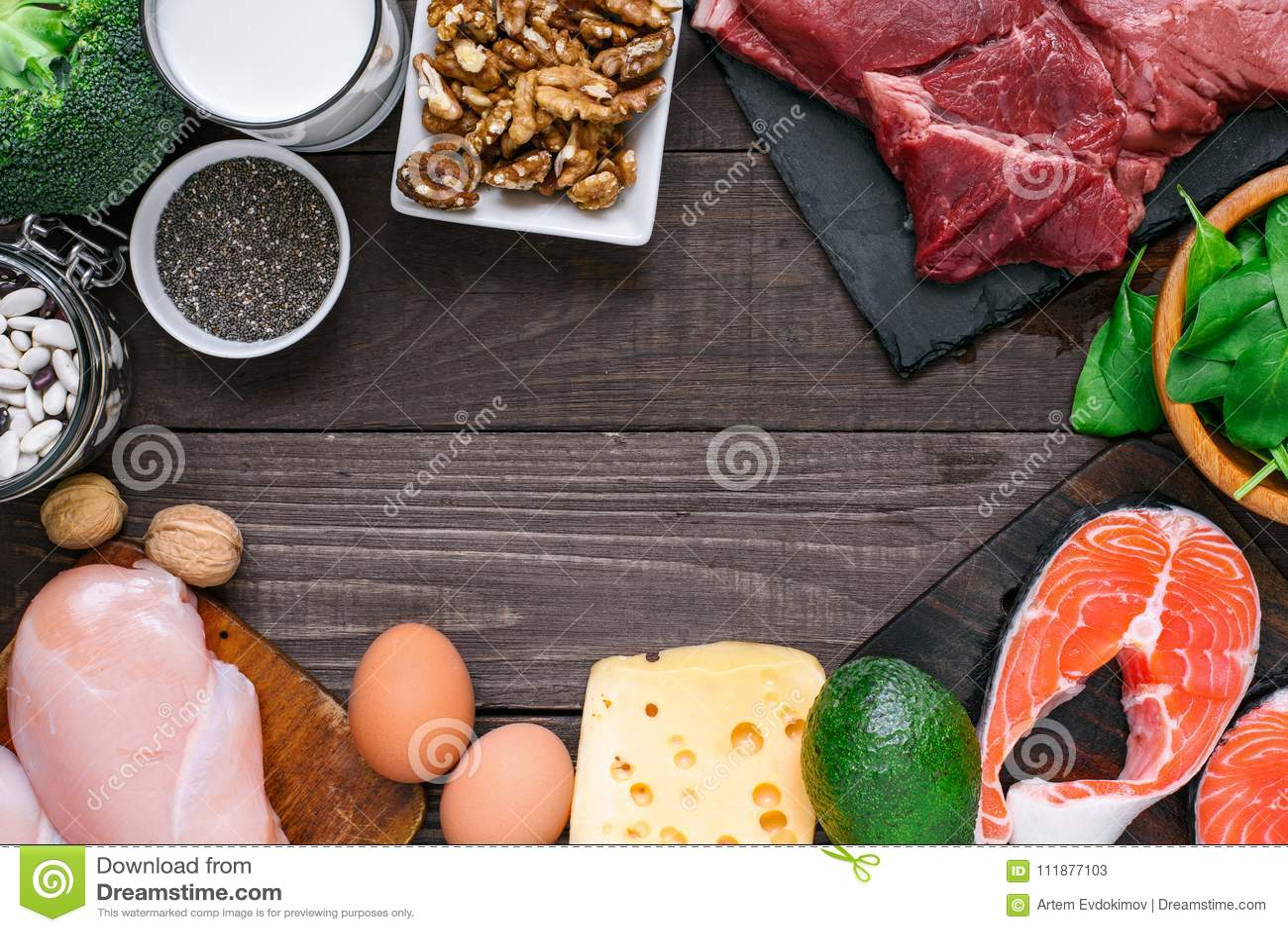 Nourriture à haute valeur protéique - poisson, viande, volaille, écrous, oeufs, lait et légumes Concept sain de consommation et d