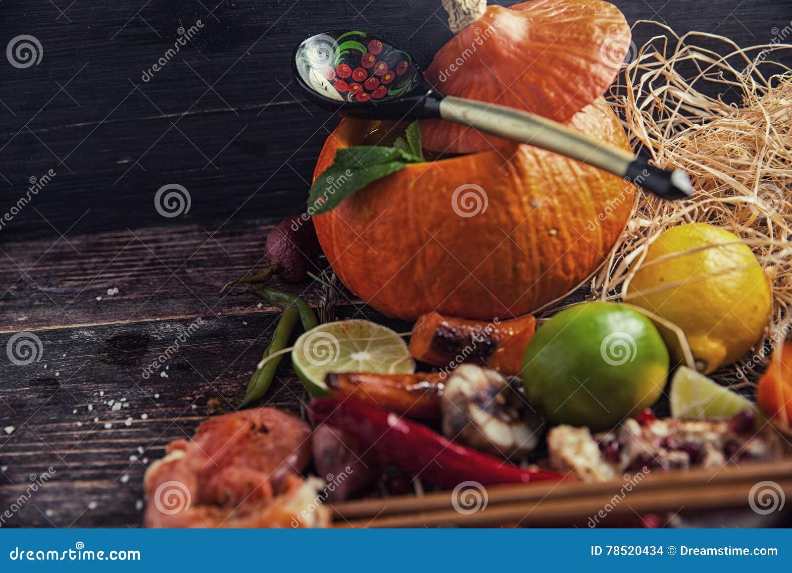 Nourriture assortie sur la table en bois