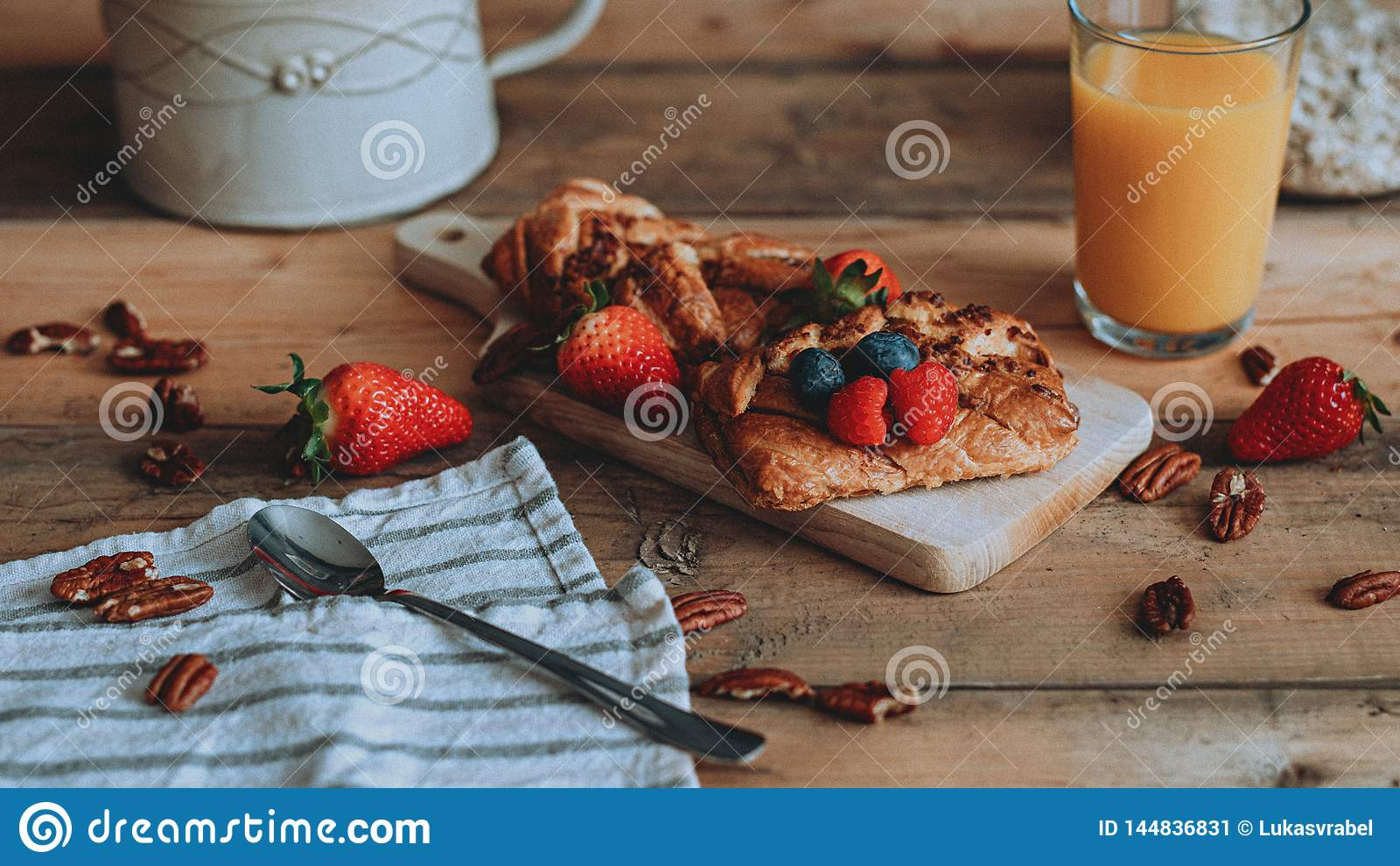 Nourriture dénommant la pâtisserie douce avec le fruit sur les planches en bois