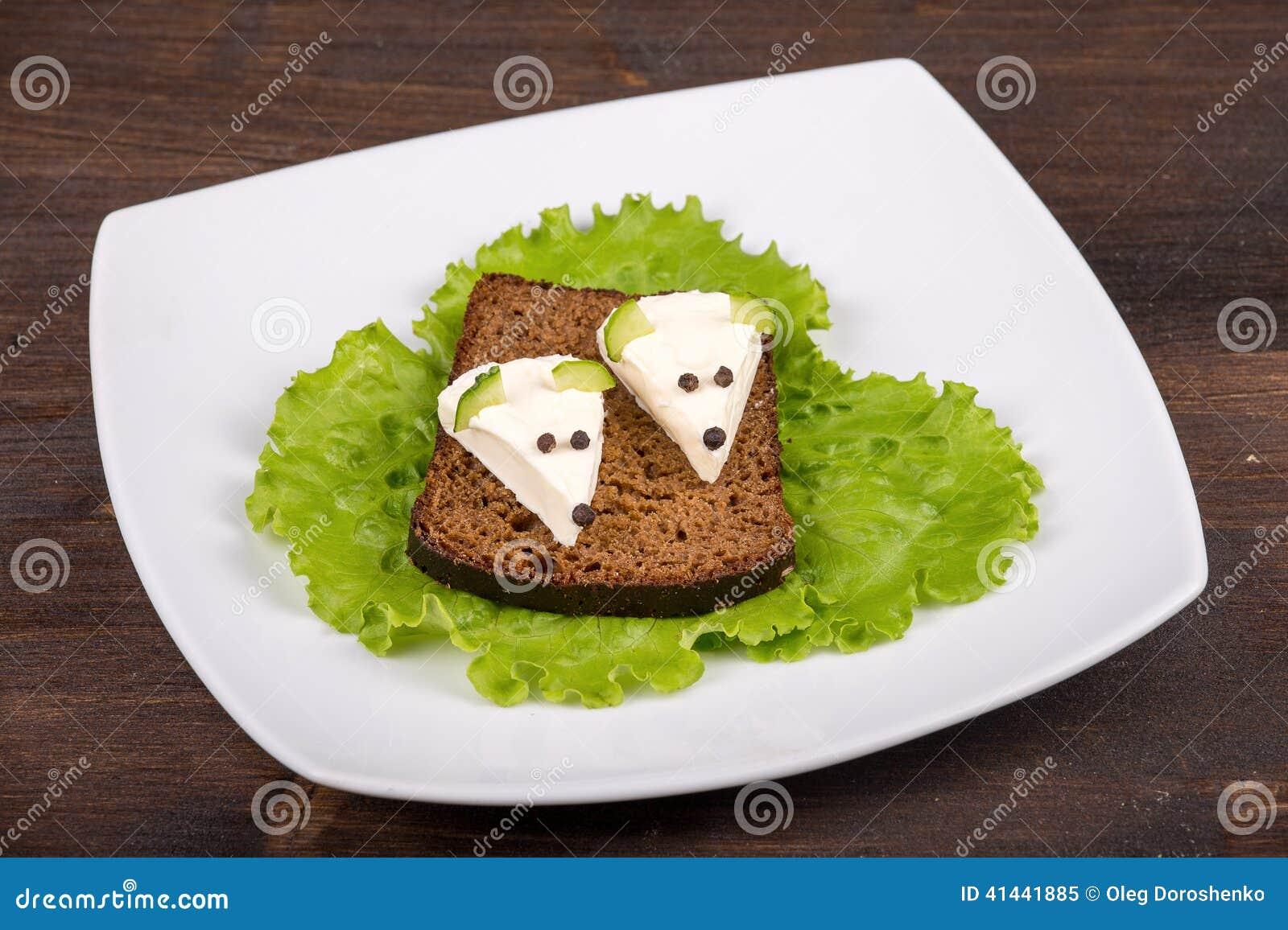 Nourriture d amusement pour des enfants - souris avec du fromage