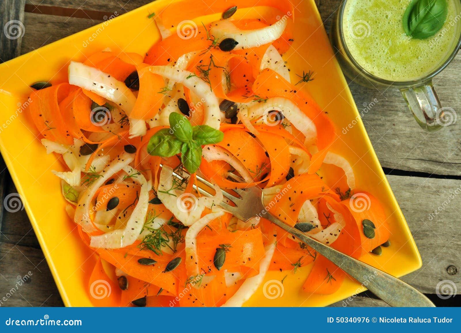 Nourriture De Detox Avec Le Fenouil, La Salade De Carotte