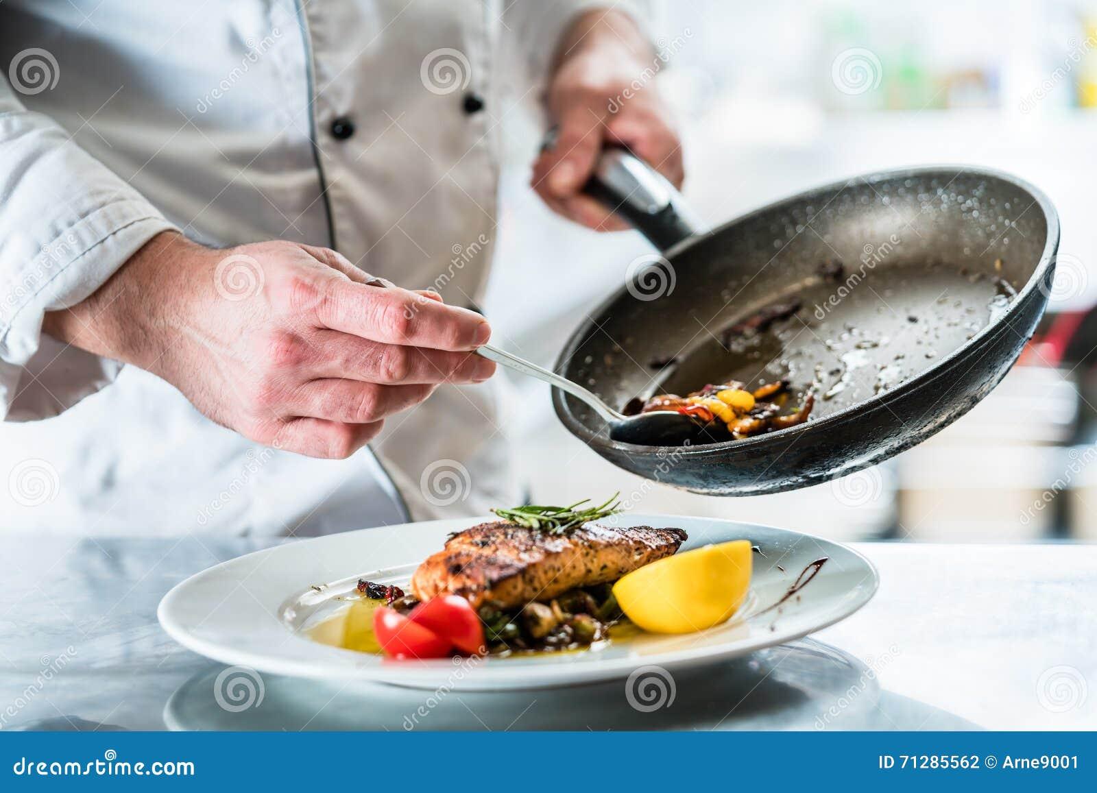 Nourriture de finissage de chef dans sa cuisine de - La cuisine des italiens ...