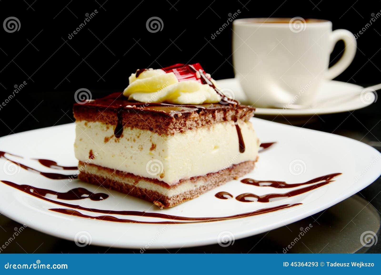 Nourriture de gâteau de chocolat crémeux doux avec du café