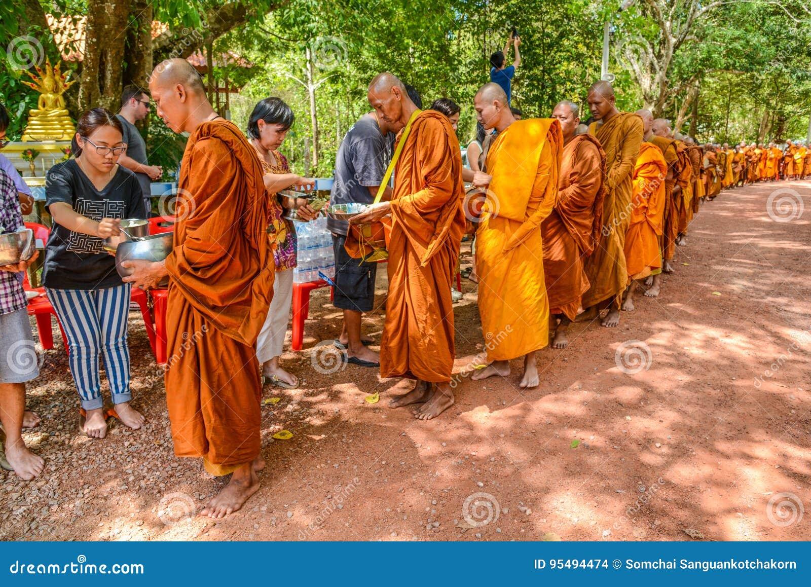 Nourriture de offre bouddhiste thaïlandaise dans l aumône-cuvette de ` de moines