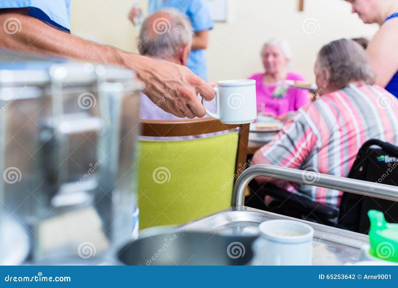 Nourriture de portion d infirmière dans la maison de repos