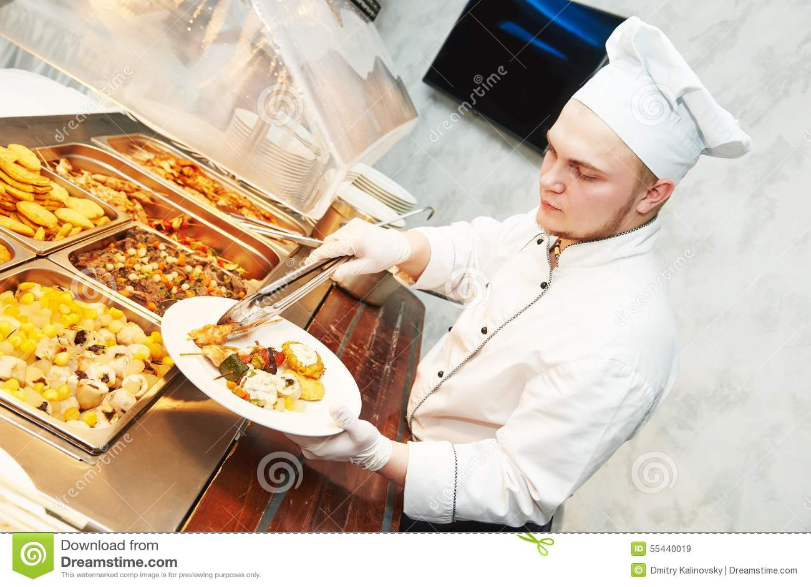 Nourriture de portion de chef de cuisinier