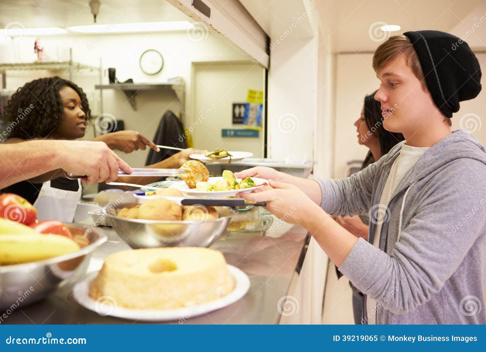Nourriture de portion de cuisine dans le foyer pour sans-abris