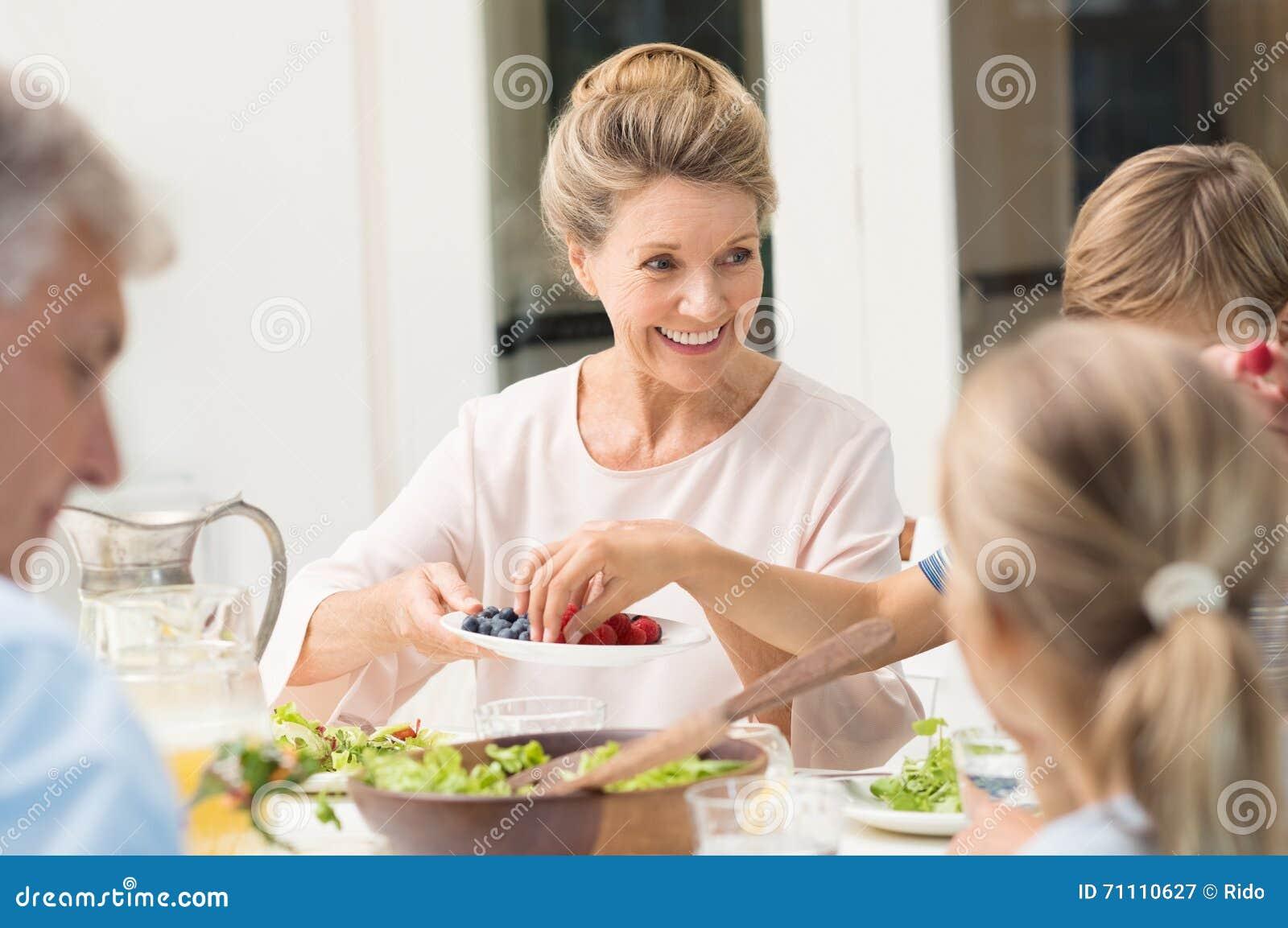 Nourriture de portion de grand-mère