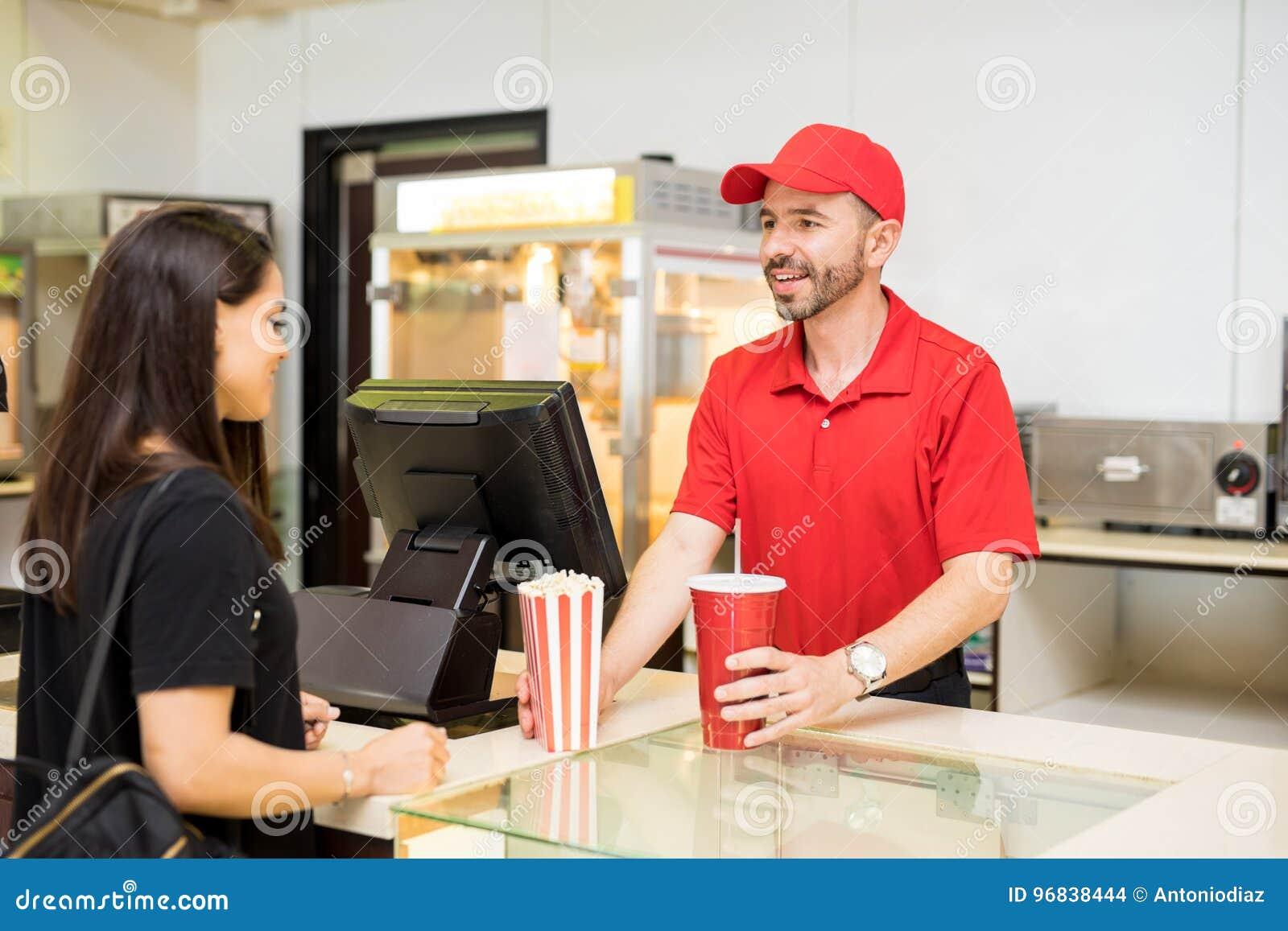 Nourriture de portion de travailleur à un stand de concession