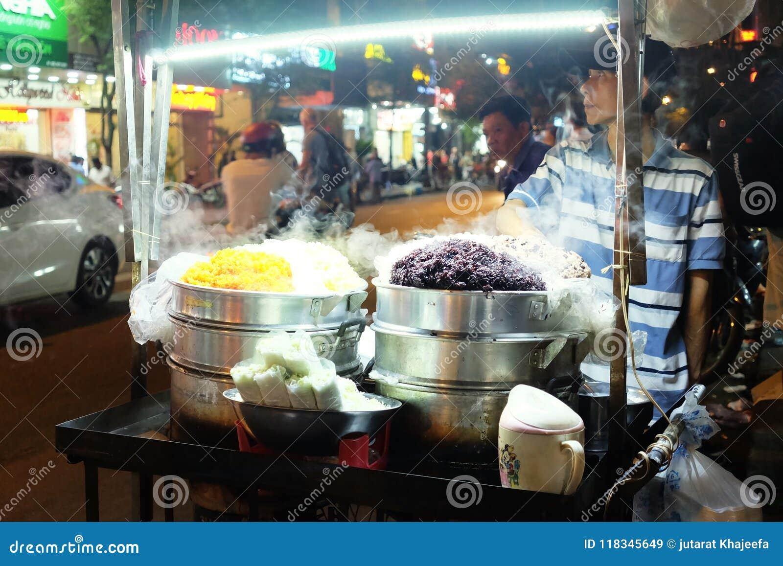 Nourriture de rue au marché de nuit