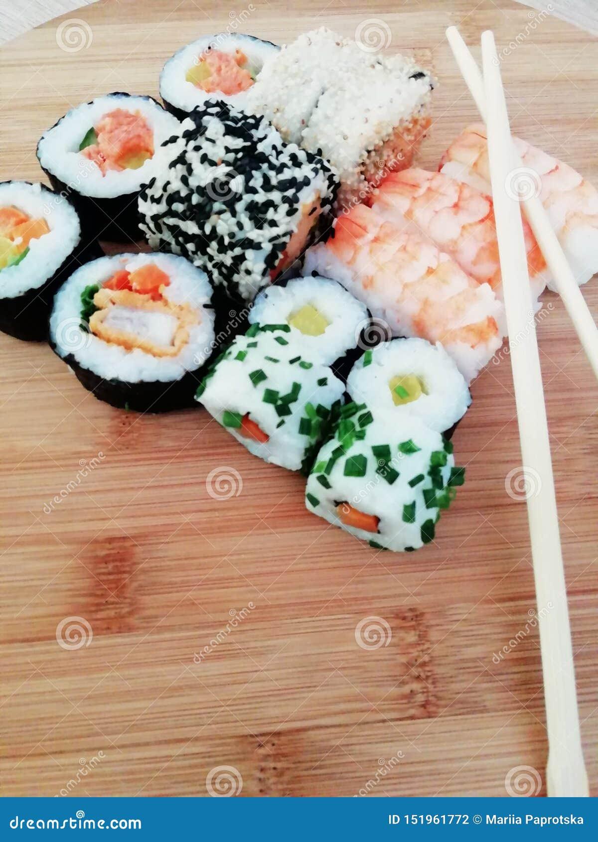 Nourriture de sushi Maki et petits pains avec le thon