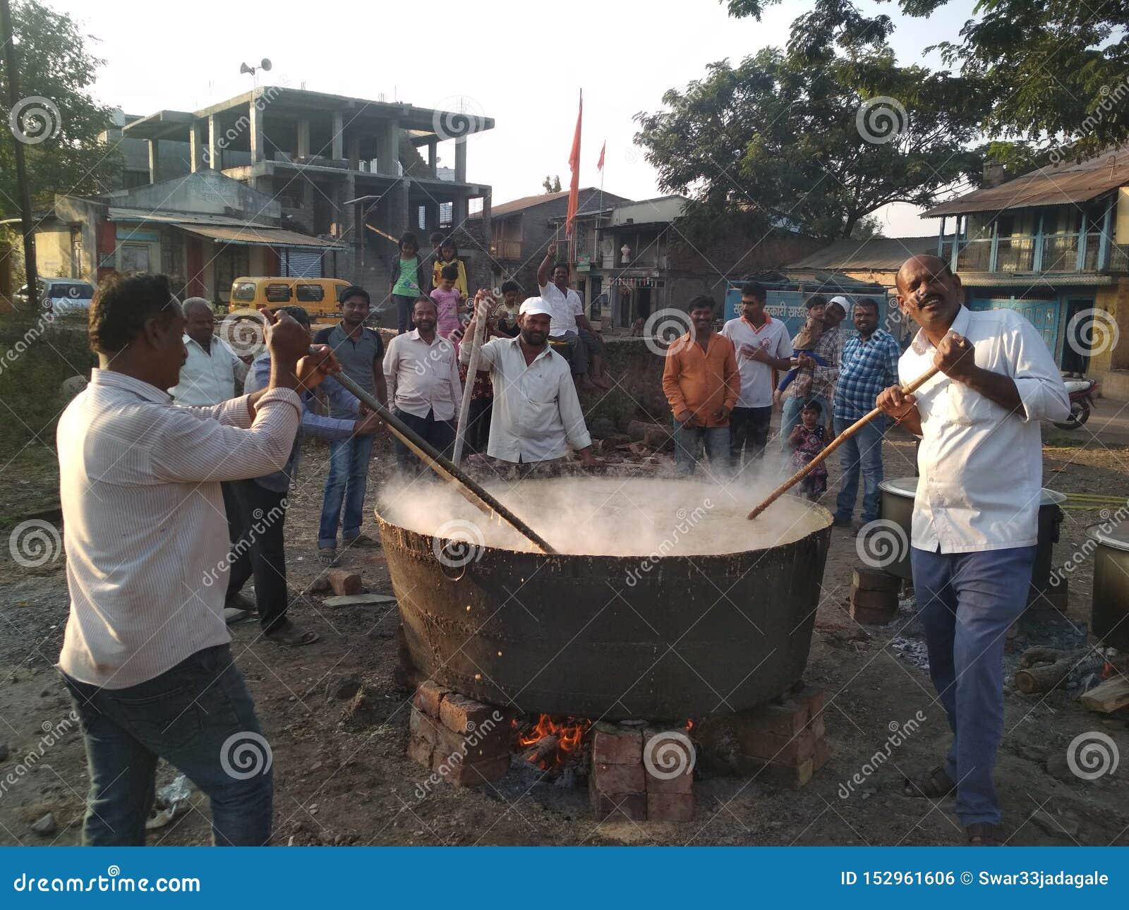 Nourriture faisant dans le grand pot de taille