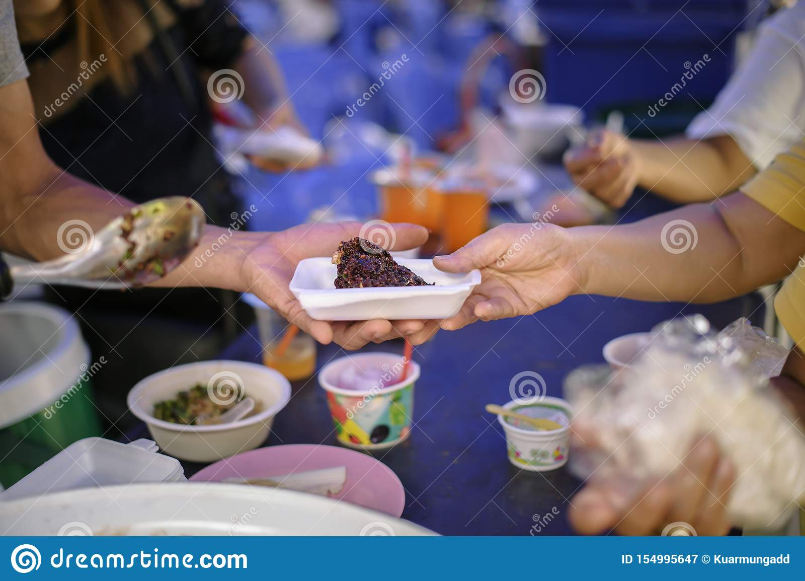 Nourriture libre pour la distribution pauvre et de produits alimentaires : concept partageant la nourriture avec le sans-abri