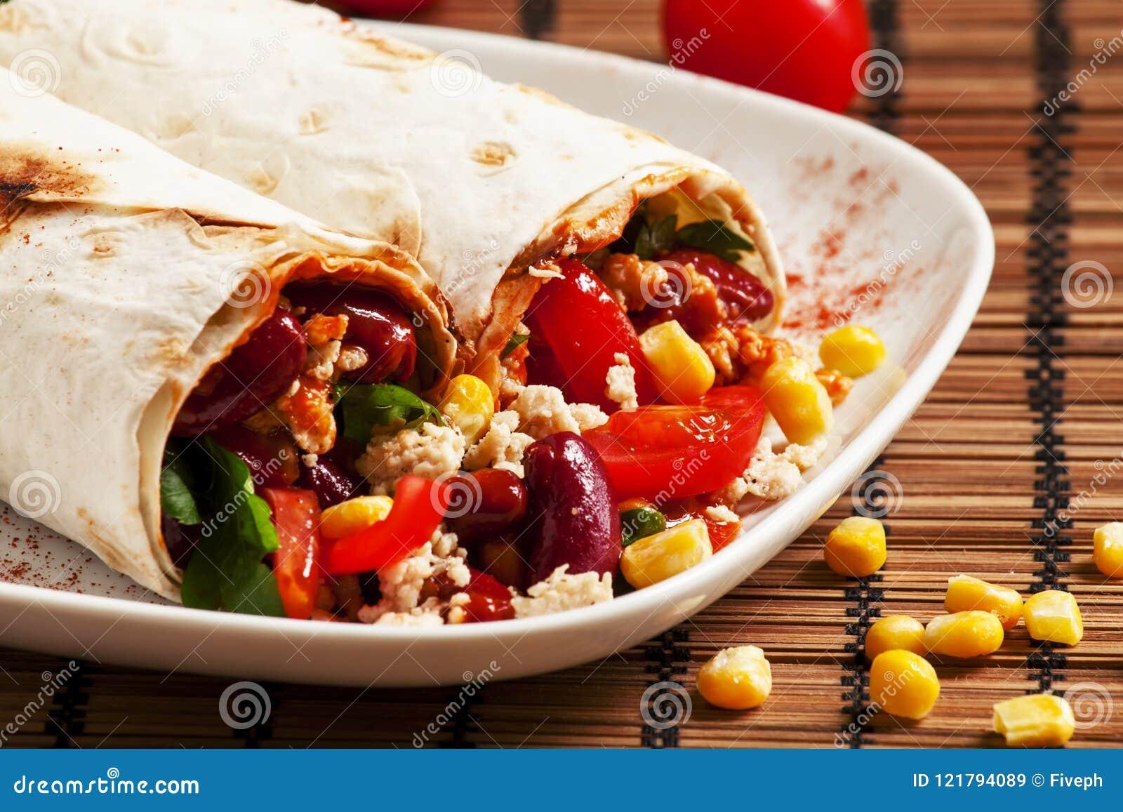 Nourriture mexicaine traditionnelle, burritos avec de la viande et haricots, selectiv