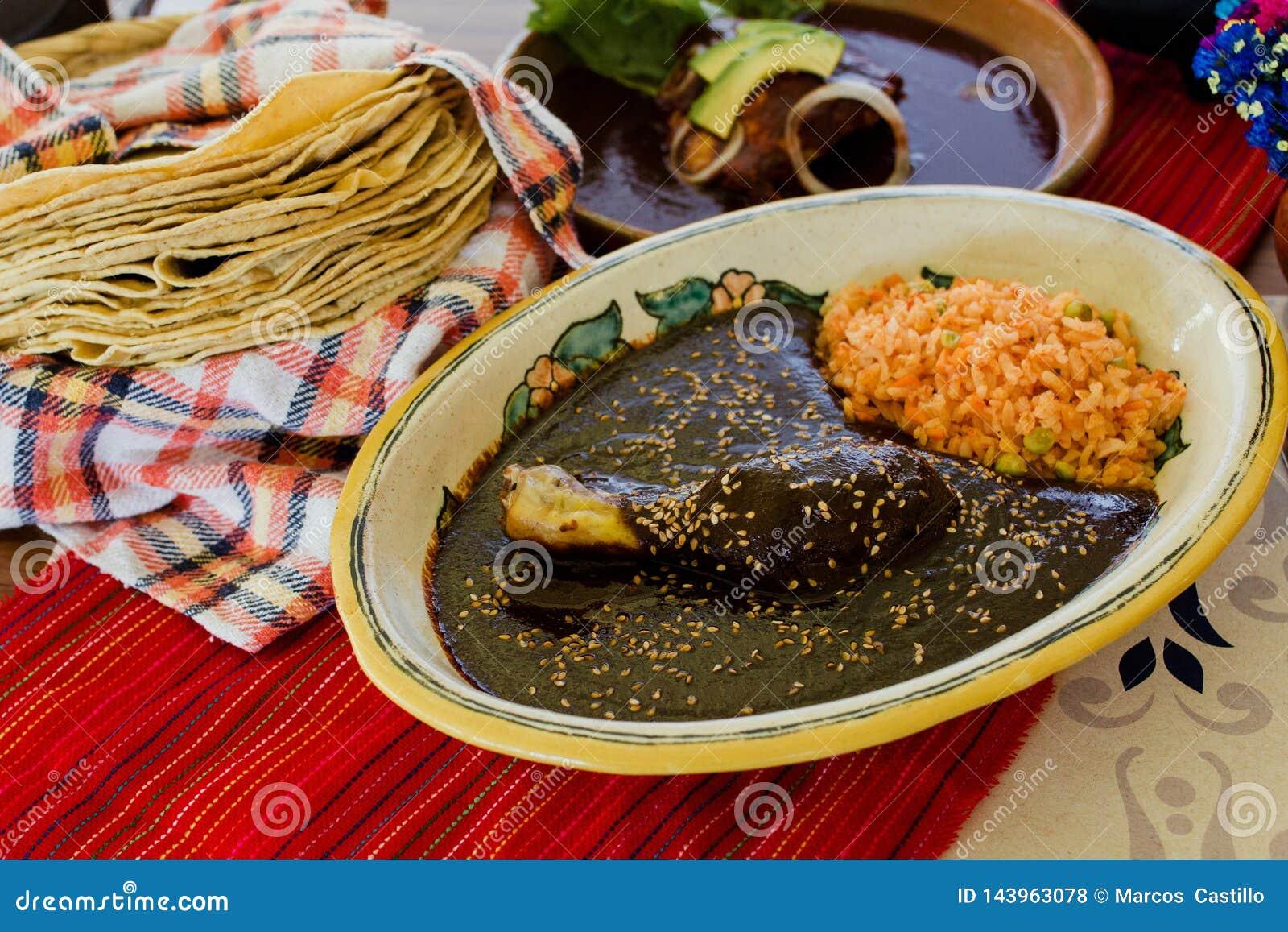 Nourriture mexicaine traditionnelle de Poblano de taupe avec le poulet au Mexique