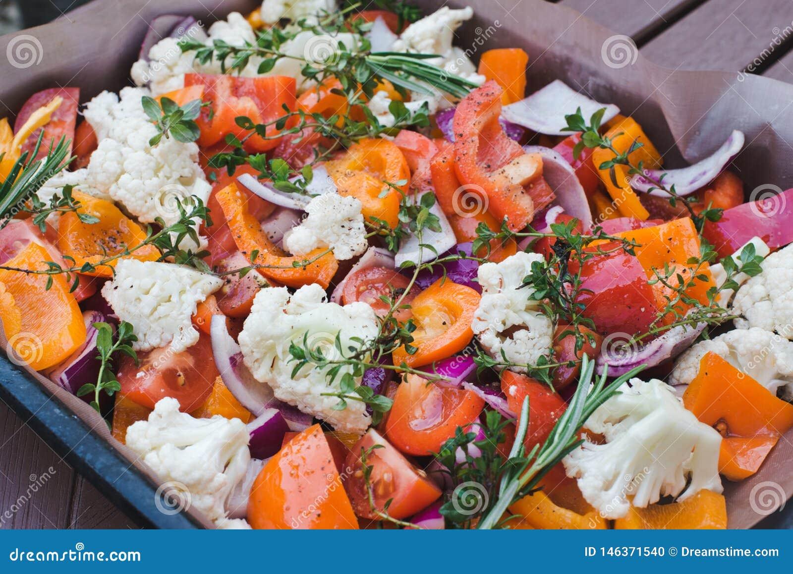 Nourriture saine d?licieuse Fond des légumes crus découpés en tranches avant la cuisson sur le parchemin Le concept de la cuisson