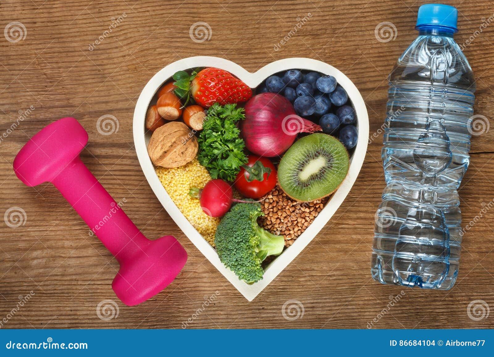 Nourriture saine dans la cuvette en forme de coeur