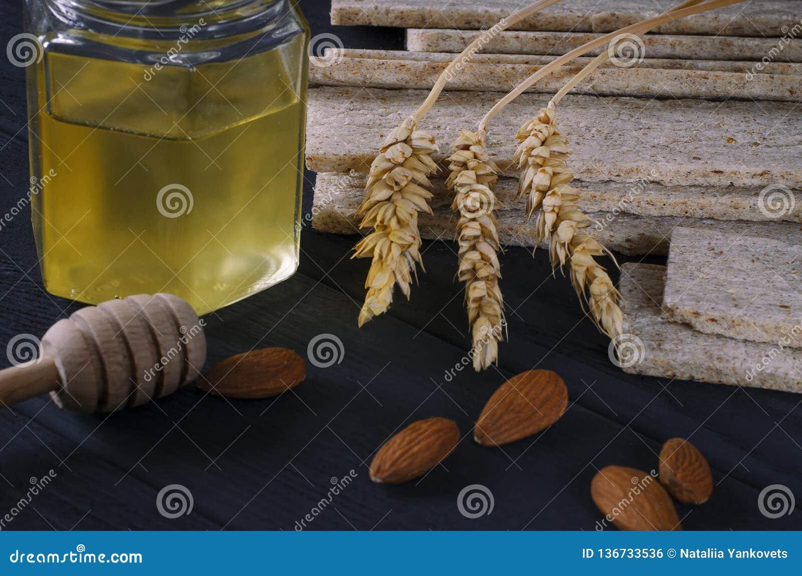 Nourriture saine Les pains diététiques d air se trouvent sur une table en bois foncée sur un fond foncé à côté des oreilles du bl