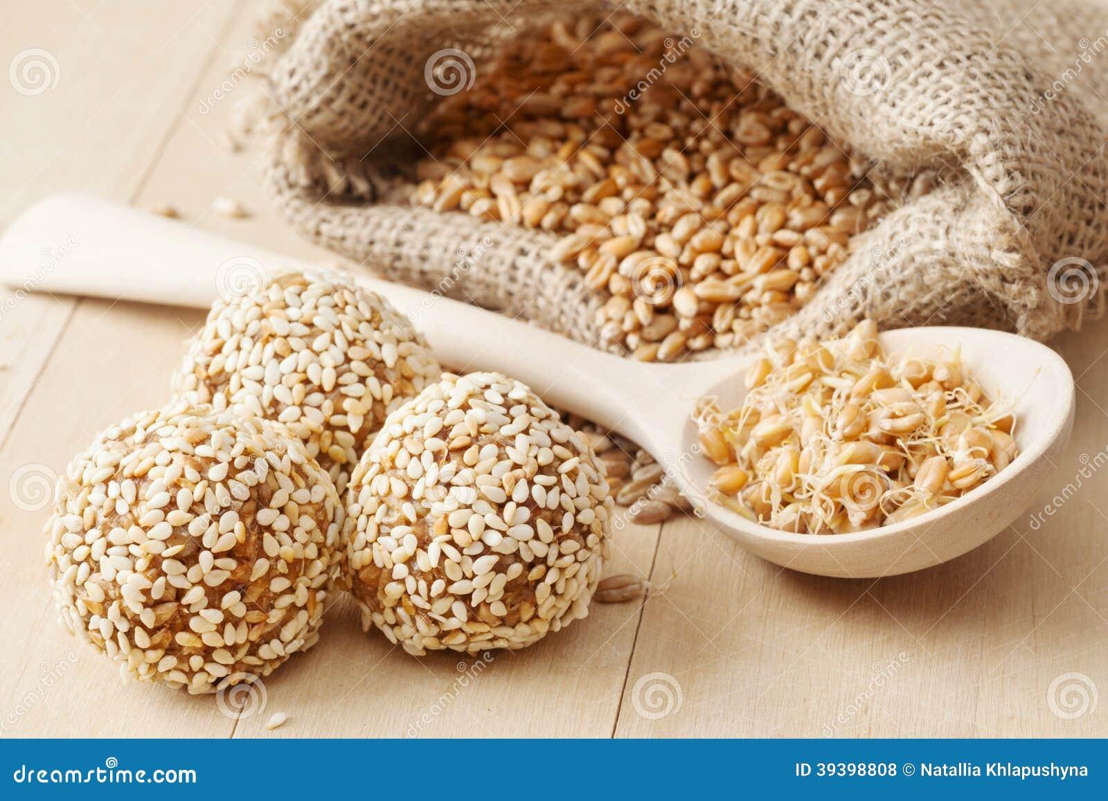 Nourriture saine macrobiotique : boules du blé moulu