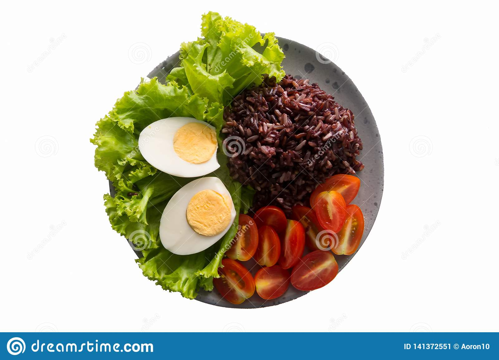 Nourriture saine, nourritures propres qui contiennent le riz brun, le riz, des tomates, des oeufs à la coque, et la laitue feuill