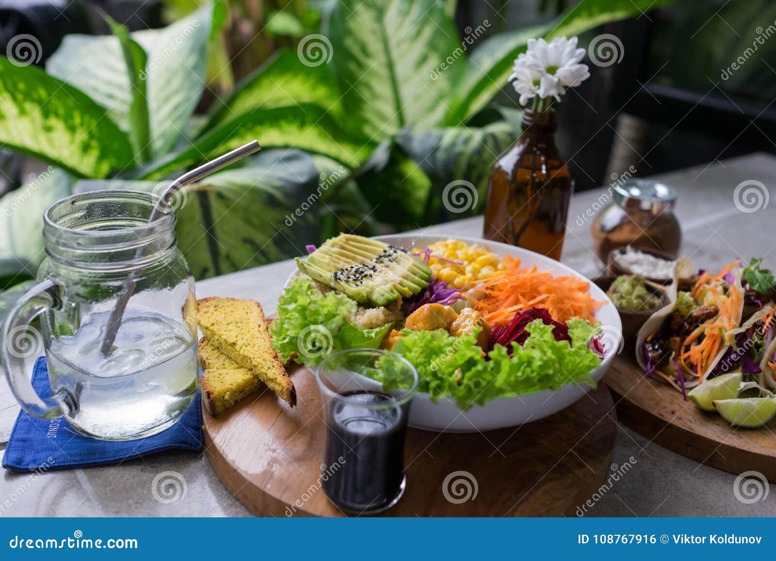 nourriture saine salade verte fraîche avec une carotte, l'avocat, et